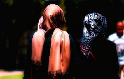 muslim-women-walking_fotor-pixlr